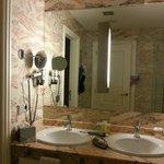 Badezimmer mit separatem WC/Bidet