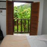 Vista da porta de entrada do quarto para varanda