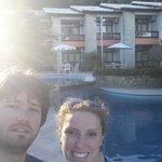 vista da piscina e ao fundo o hotel
