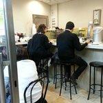 La barra, repleta de casquería y gente comiendo deprisa