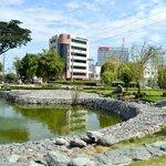 Frente al parque Japonés y detrás del edificio Claro