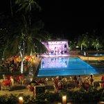 Músicas e danças típicas na área da piscina