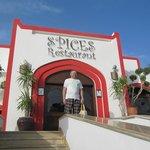 Главный вход в ресторан отеля Гарем Spices