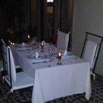 La tavola apparecchiata per cena