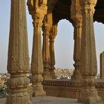 Cenotafi e la fortezza sulla sfondo