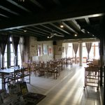 grande salle de restaurant , avec véranda .