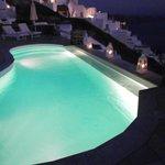 η πισίνα το βράδυ με πλάτη στο μπαρ