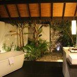 Baño al aire libre del bungalow de playa