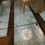Dettaglio pavimentazione in vetro e vista mosaico romano