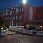 Корпуса отеля ночью