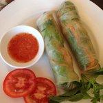 Роллы из рисовых блинчиков с зеленью, креветками и свининой, очень вкусные