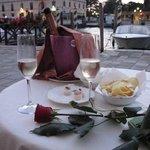 Вечером можно посидеть за столиком отельного ресторана и посмотреть на Гранд канал.