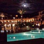 Pool & Hotel bei Nacht