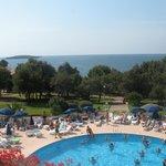 вид на море и бассейн из холла отеля