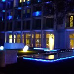 hotel di sera lato mare