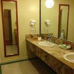 Grand comptoir et lavabos doubles séparé de la salle de bain