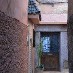 ruelle et entrée du Riad