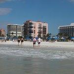 Пляж напротив отеля.