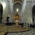Interno con altare di S. Maria La Reale de la Almudena