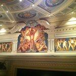 schöne Malereien im Theaterraum