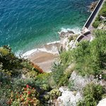 вид с обрыва на мини- пляж,спуститься по лестнице