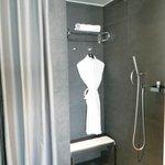 La ducha es grande y moderna.