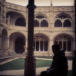 Eu no Mosteiro dos Jerónimos, com vista para o jardim