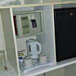 Caja fuerte, frigorífico y cafetera