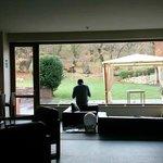 El jefe desayunando con vistas al jardín.