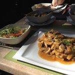 sojavlees met champignon uiensaus, salade en canarische aardappelen