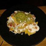 Nachos con guacamole salsa mexicana y crema agria
