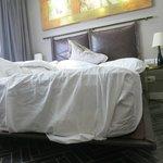 Кровать с ужасным выступающим основанием