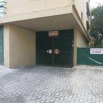 Ворота подземного гаража в отеле-партнере