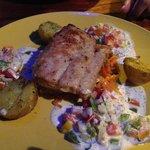 Filetto di pesce con salsa di gamberi e verdure