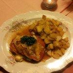 Schweinerückensteak mit Edelpilzkäse, Bratkartoffeln und Salat