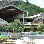 Blick v.Strand über Pool zu Restaurant + Haupthaus