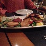 En un plato nos pusieron para compartir el pulpo a la brasa, tartar de atún y ensalada César