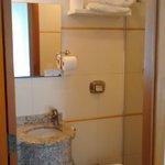 Banheiro pequeno porém com boa ducha