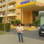 На фоне отеля