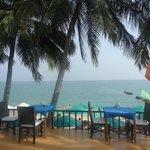 Кафешка отеля на берегу моря над пляжем