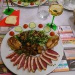 Foie gras poêlé, pommes caramélisées et magret de canard