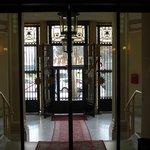 Puerta principal del hotel desde el interior. (Automatizada).
