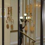 Detalle en la entrada del hotel.