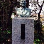 鳩山氏の像