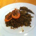 Paella de gamba rallada con alcachofas y sepia