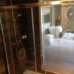 douche avec vue sur chambre et fenêtre