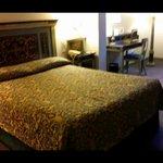 Habitacion individual con una cama inmensa