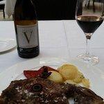 La Ternera de Avila con el vino con el nombre del hotel