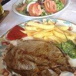 Filete de ternera a la plancha con patatas y pimientos