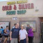 Eu e meu pai em frente à loja